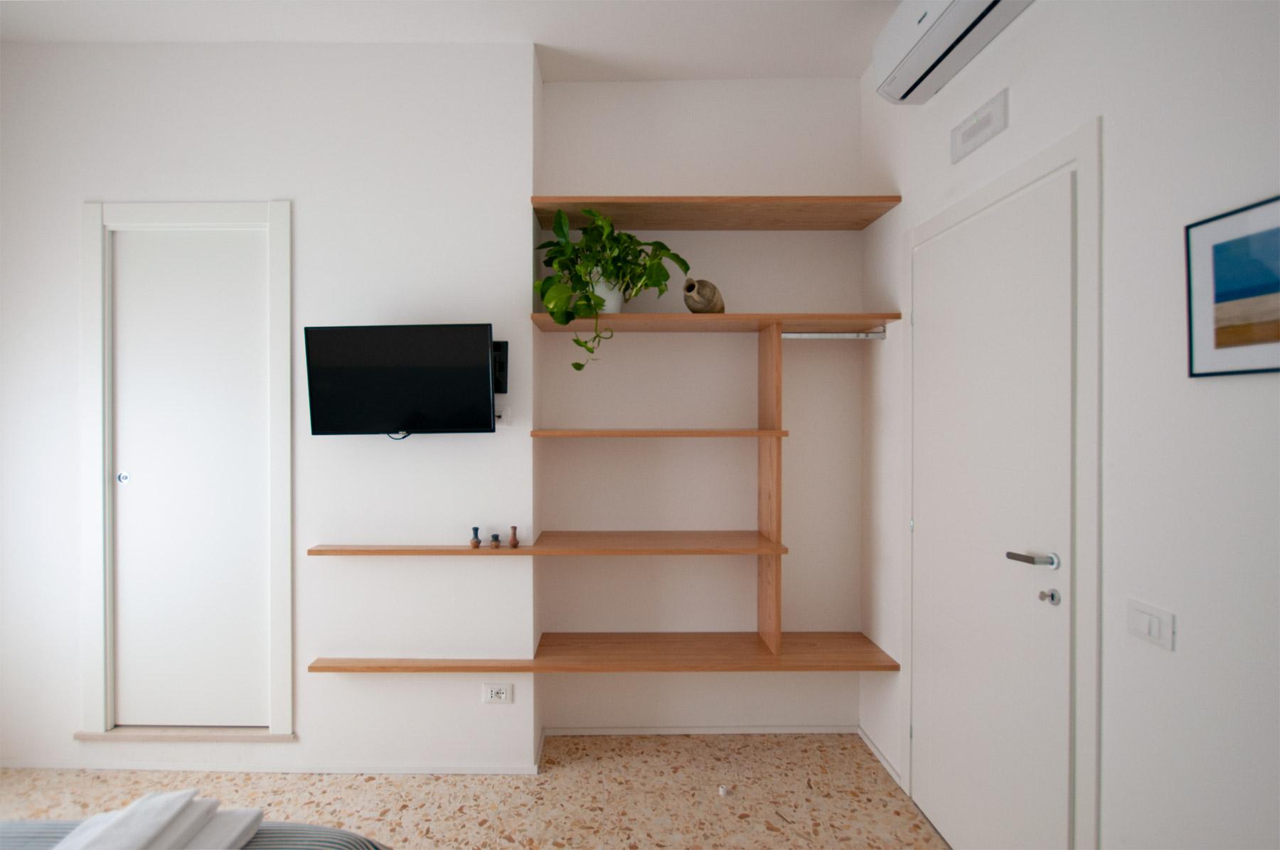 armadio-camera-2-casa27-b&b-terracina