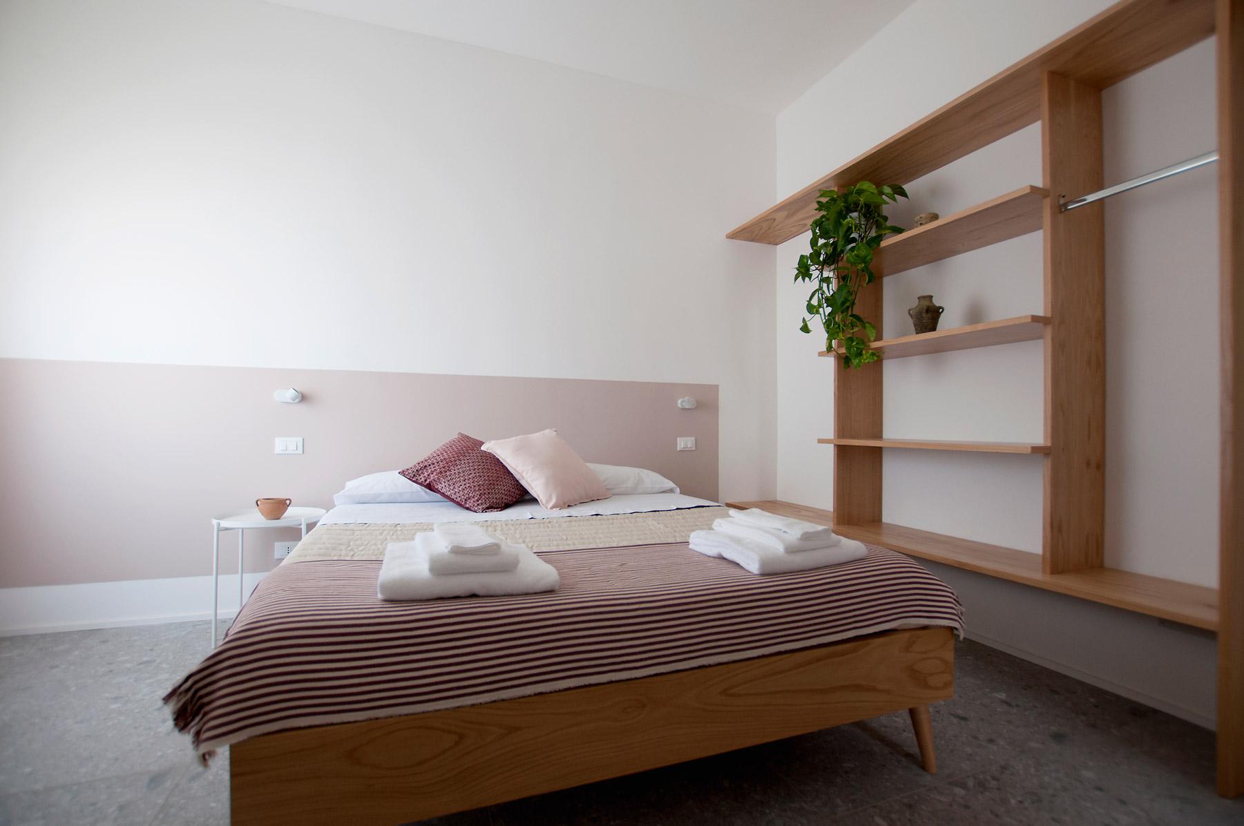 dettaglio-letto-camera-3-casa27-b&b-terracina