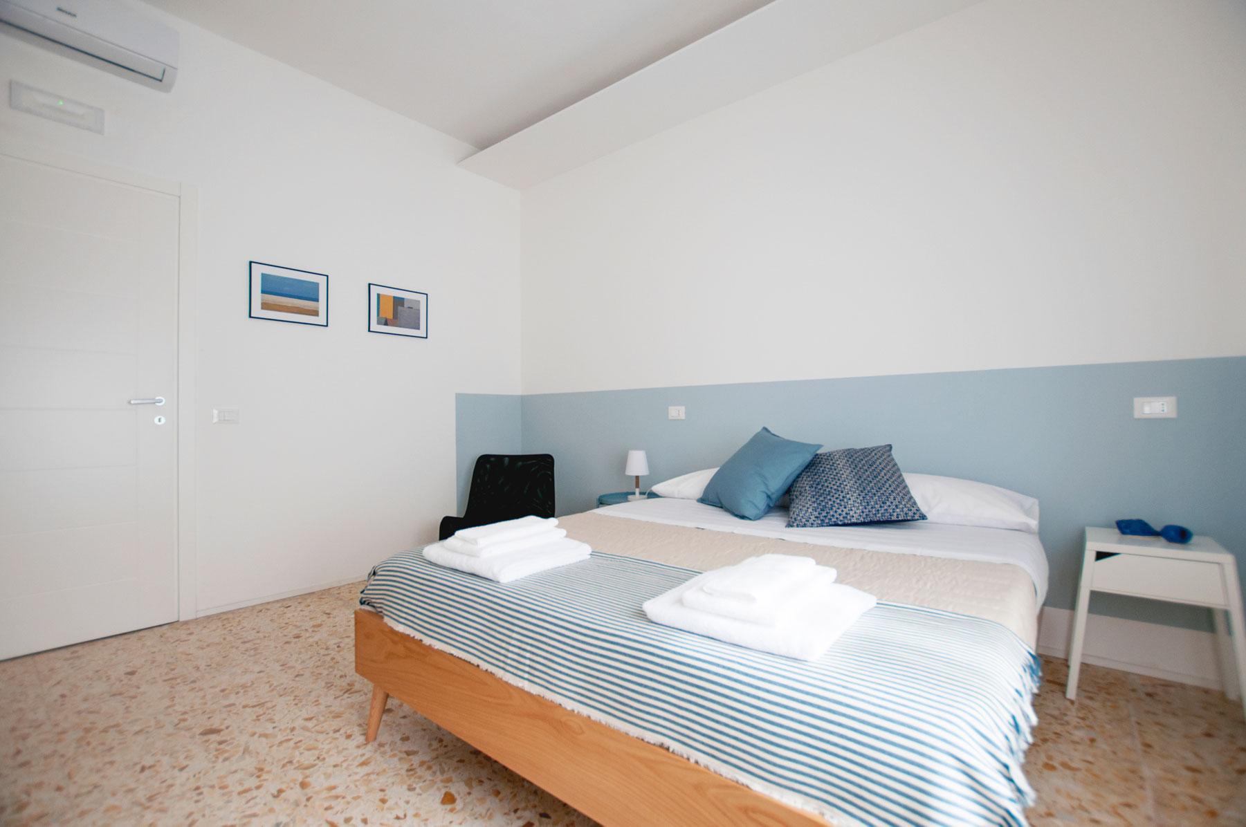 letto-camera-2-casa27-b&b-terracina