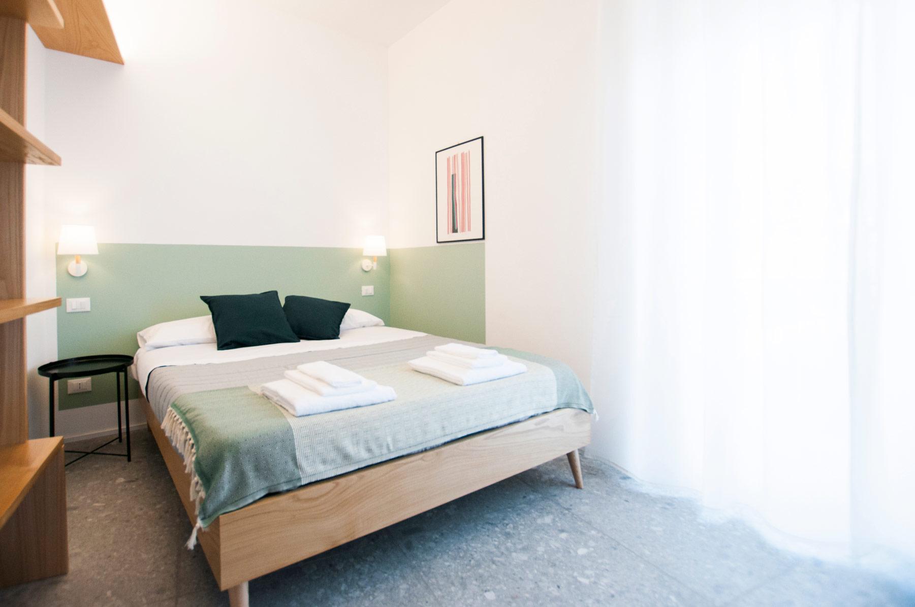 letto-matrimoniale-monolocale-casa27-b&b-terracina